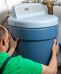 Installateur met elektrische boiler